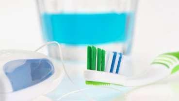 וויסקי, מיקרוגל או מייבש שיער: איזו שיטה היא היעילה ביותר להורדת כמות החיידקים במברשת השיניים
