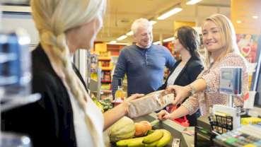 Brak słodyczy i niezdrowych przekąsek na półkach przy kasach wpływa na zachowania konsumenckie