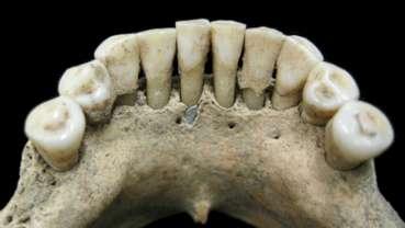 Naukowcy odkryli pigmenty lapis lazuli w szczątkach średniowiecznej kobiety