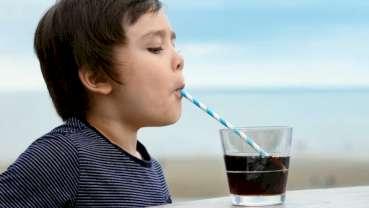 Studie odhalila, že konzumace sladkých nápojů nemusí nutně souviset s dětskou obezitou