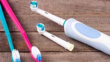 Nové důkazy potvrzují dlouhodobé výhody používání elektrického zubního kartáčku